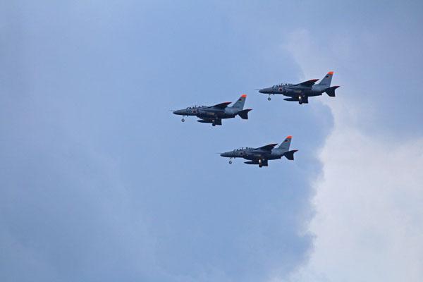 高千穂通上空に進入するT4練習機