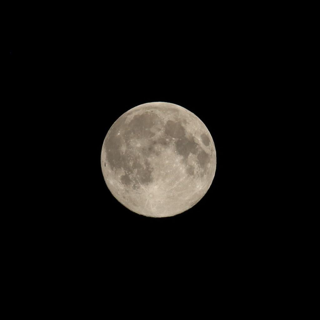 宮崎市内で撮影した満月スーパームーンをカメラrawで撮影