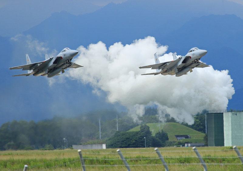 2機そろって離陸するf15の写真
