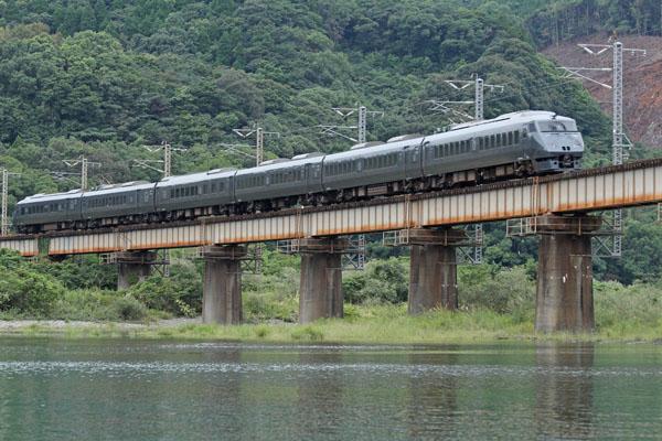 耳川の下流に架かる鉄道橋梁