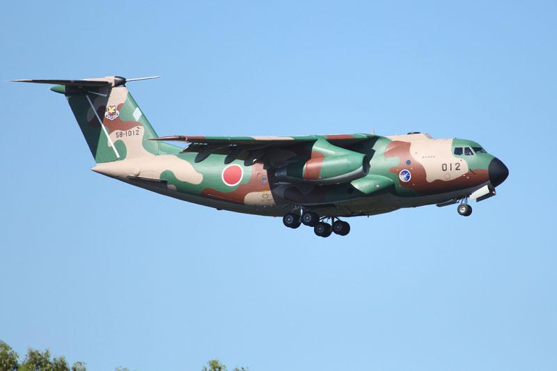 西側から着陸まじかのC-1輸送機