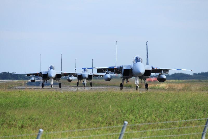 新田原基地f15 3機が離陸に向けて移動する写真