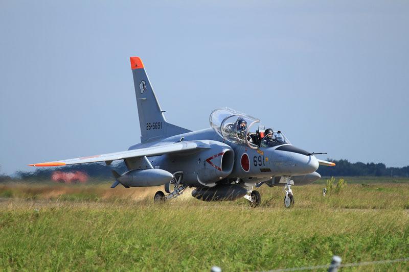 離陸に向かうコブラマークのついたt4練習機の写真