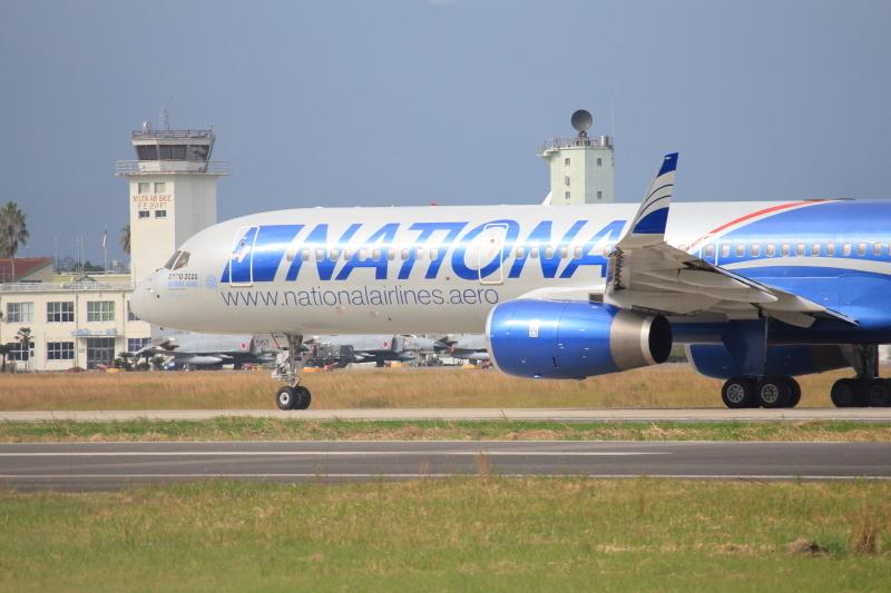 米軍要員を乗せて新田原基地を離れるB757旅客機