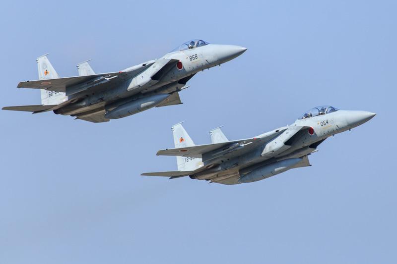 訓練のため新田原基地を離陸するf15戦闘機