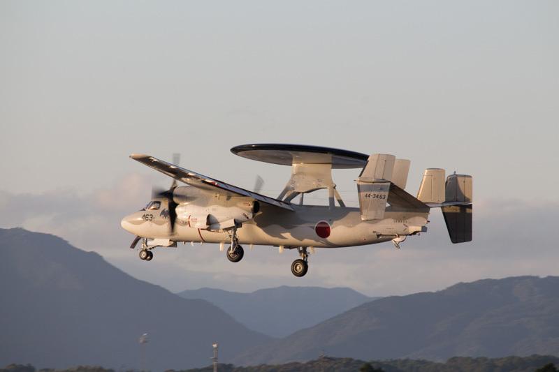 新田原基地に着陸する早期警戒機E-2C