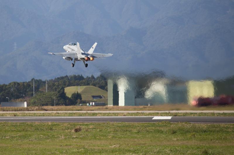 新田原基地を離陸するF/A-18ホーネットの写真