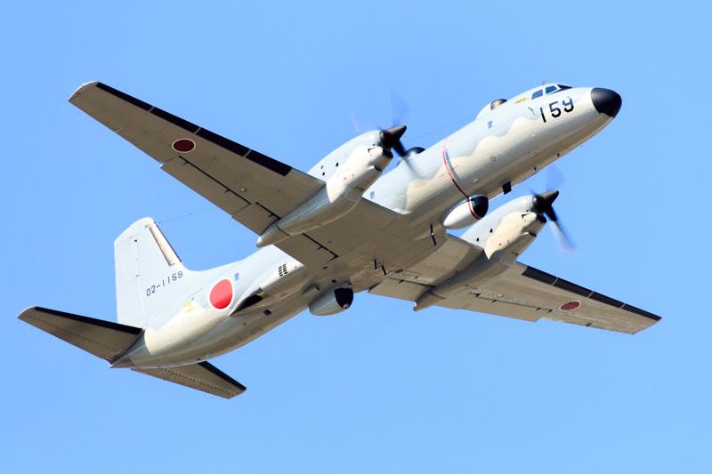 新田原基地を離れる観測機器を装備したプロペラ機