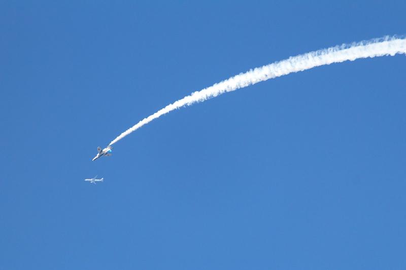 ブルーインパルス飛行中に偶然入り込んだ民間飛行機