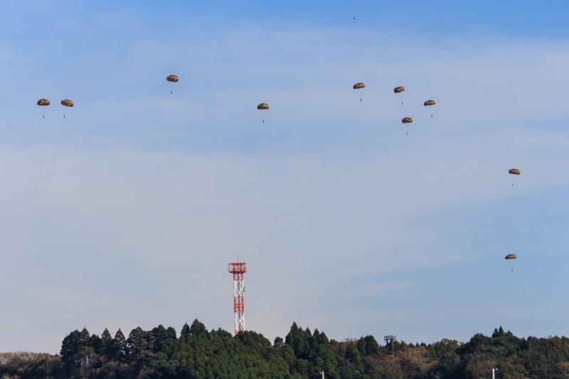 新田原基地航空祭で降下する空挺団