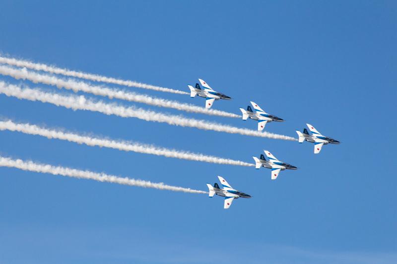 新田原基地航空祭で曲技飛行を披露するブルーインパルス