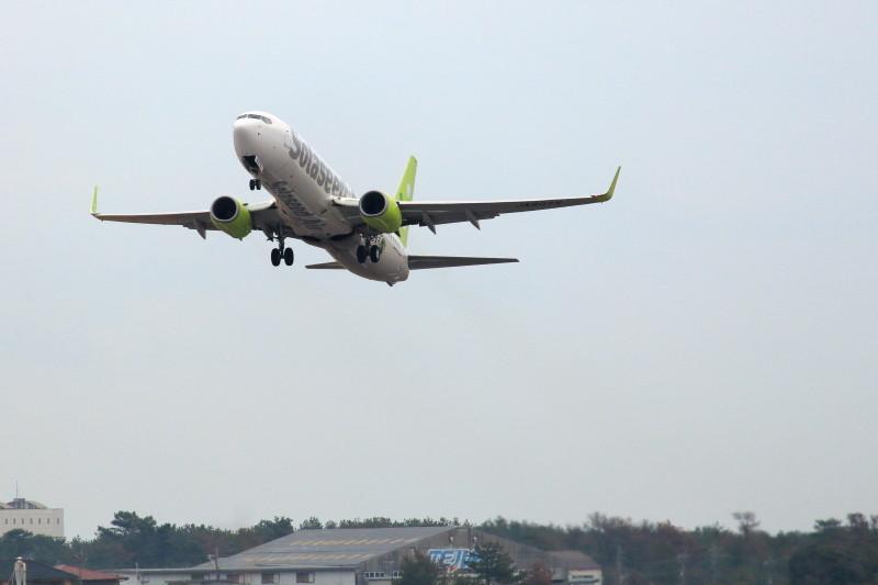 東京を目指して宮崎空港を離陸するソラシドエアー機