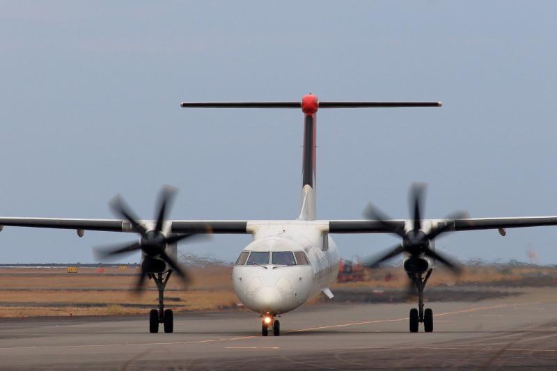 宮崎空港を離陸のため移動中の日本エアコミューター機