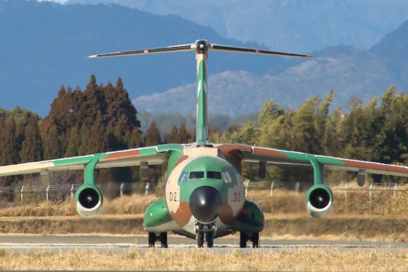 新田原基地滑走路を移動するC-1輸送機