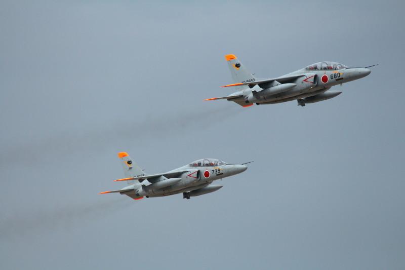 同時離陸する新田原基地のT-4練習機