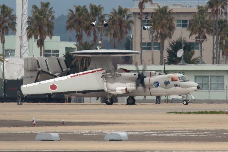 新田原基地に滞在中のE-2Cが主翼の展開1