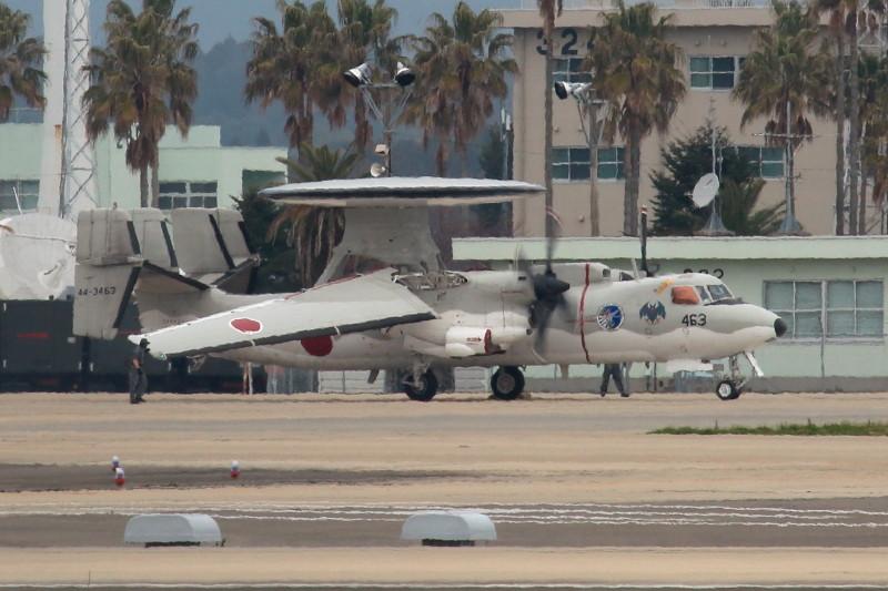 新田原基地にやって来ているE-2Cの主翼展開中2