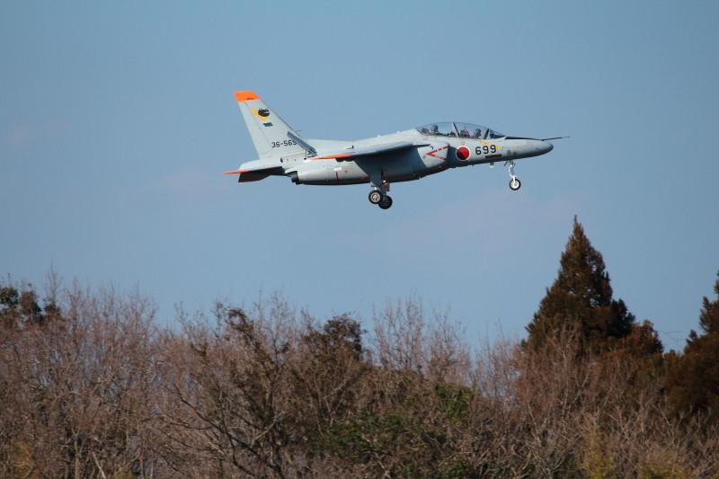 西側から進入する新田原基地所属のT-4練習機