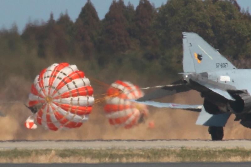 新田原基地所属のF-4ファントムのドラッグシュート大輪の花画像