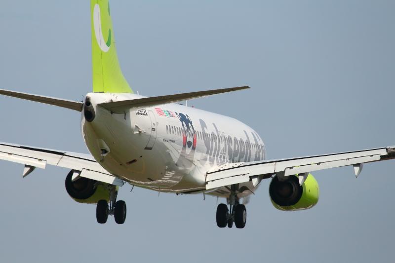 宮崎空港に着陸する飛行機の写真
