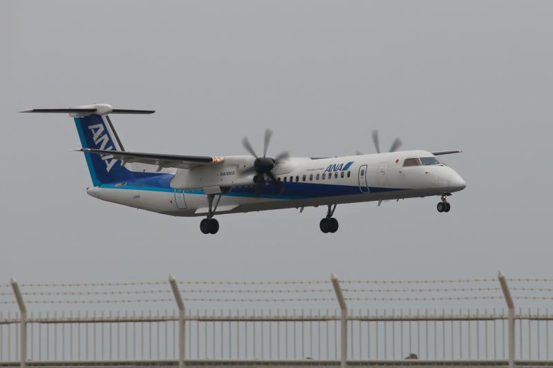 着陸する飛行機ANAボンバルディア機
