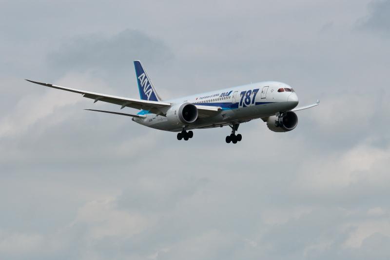 宮崎空港に着陸するB787の写真