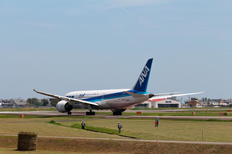 きれいになった宮崎飛行場内を移動するB787型飛行機