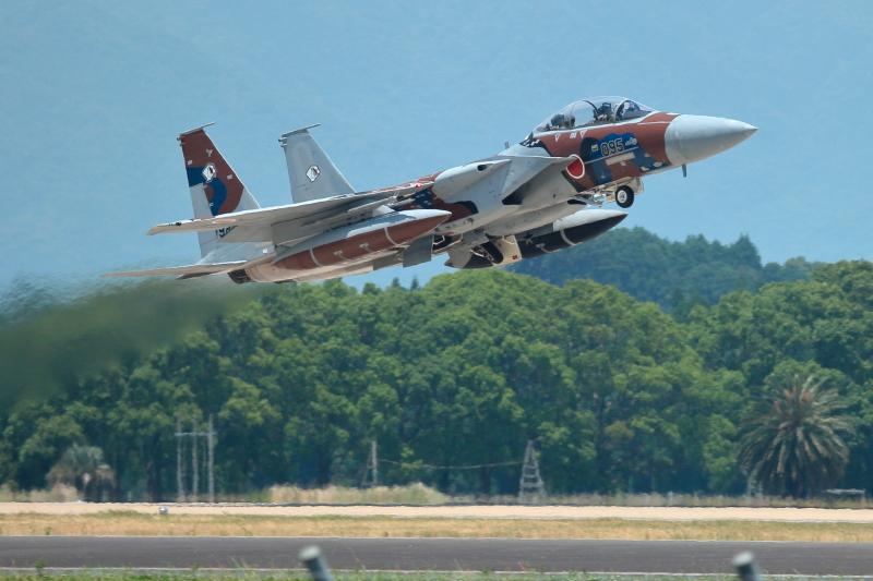 飛行教育隊のアグレッサーが離陸する写真