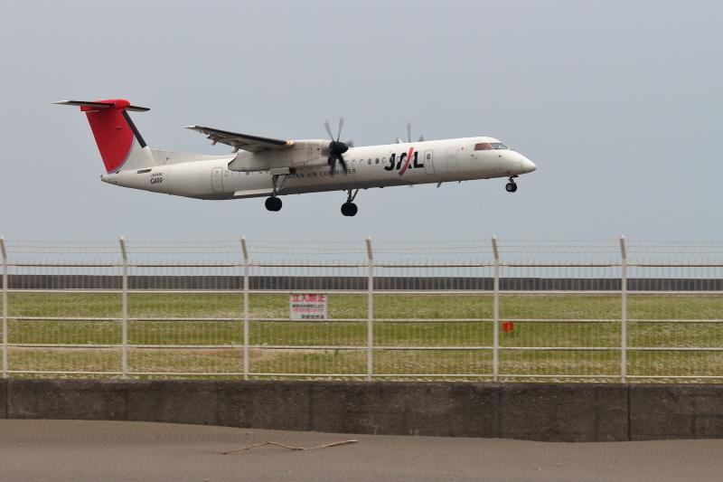 着陸する飛行機JALボンバルディア機