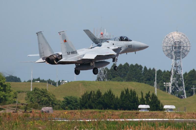 新田原基地で着陸訓練を繰り返すF15戦闘機