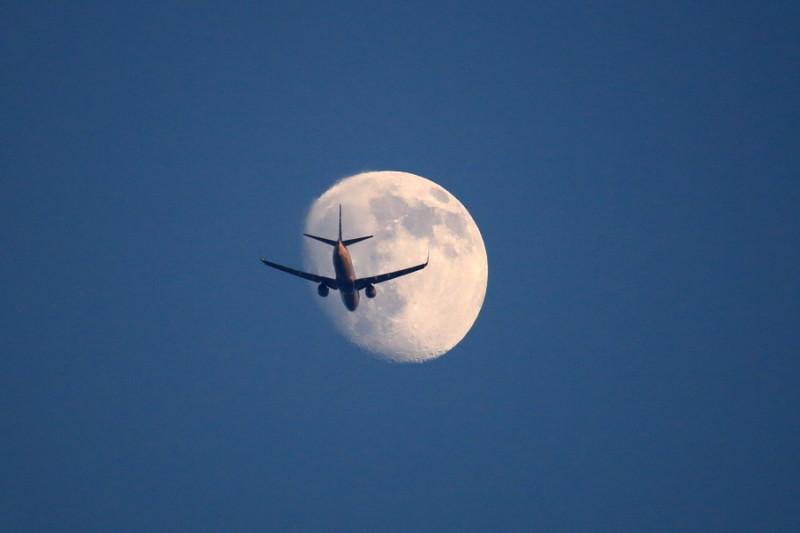 宮崎空港を離陸後東の空で月に遭遇