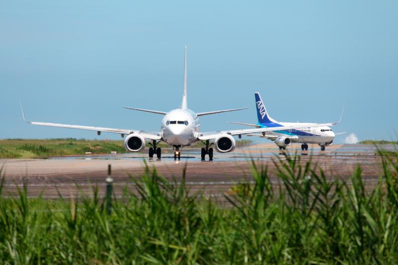 離陸に向かうJAK機と到着のANA