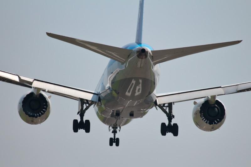 宮崎空港runway09に着陸するB787飛行機