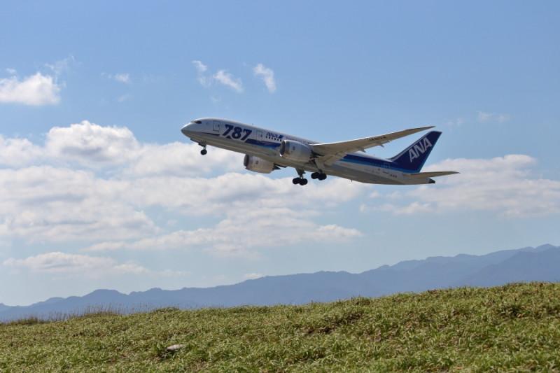 さわやかな宮崎空港を離陸するB787飛行機