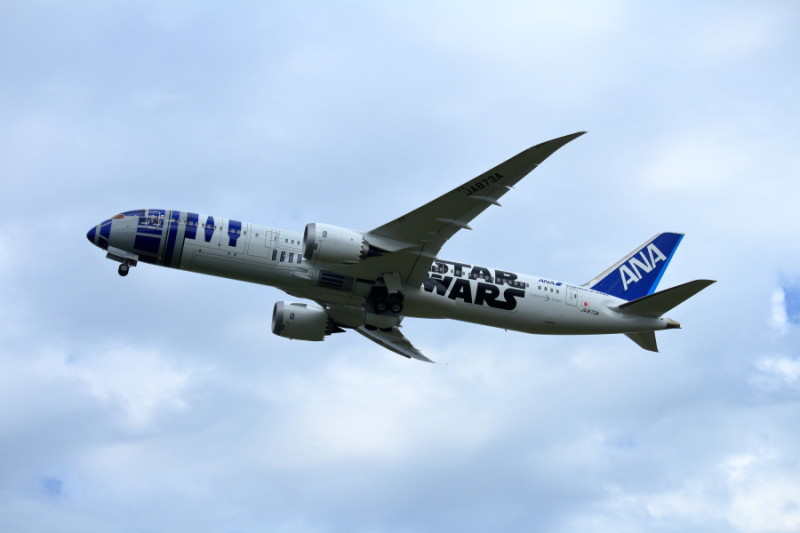 宮崎空港を後にするR2D2特別塗装機のB787飛行機