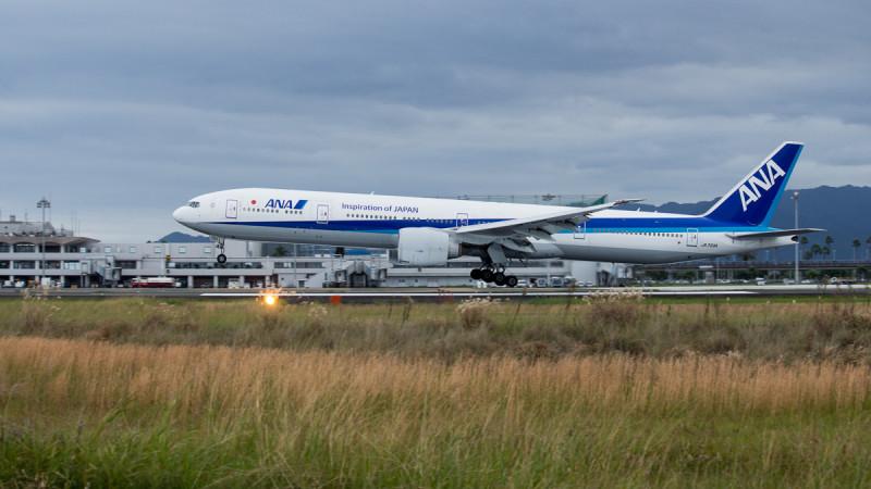 宮崎空港に着陸するB777-300飛行機