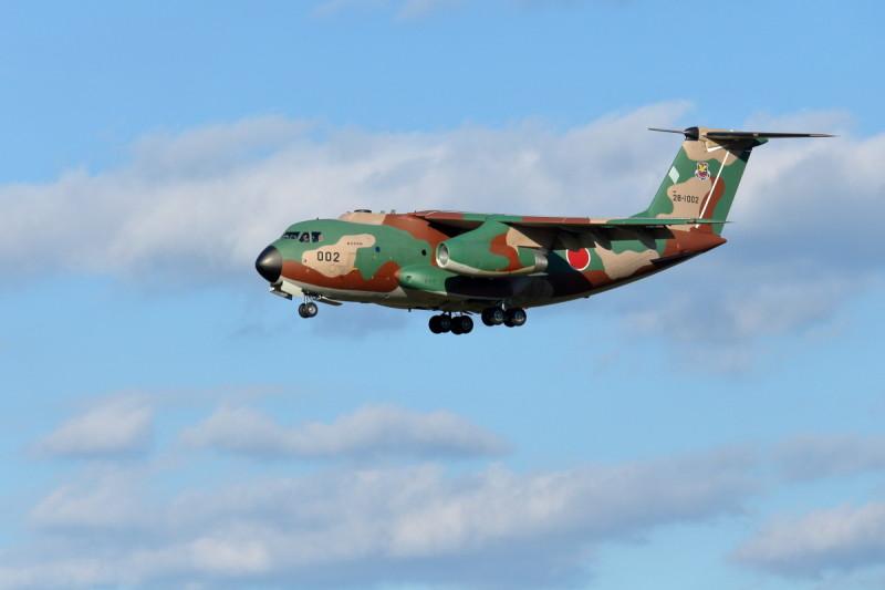 着陸するC-1輸送機