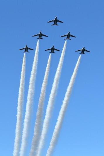 新田原基地事前訓練で飛行するブルーインパルス