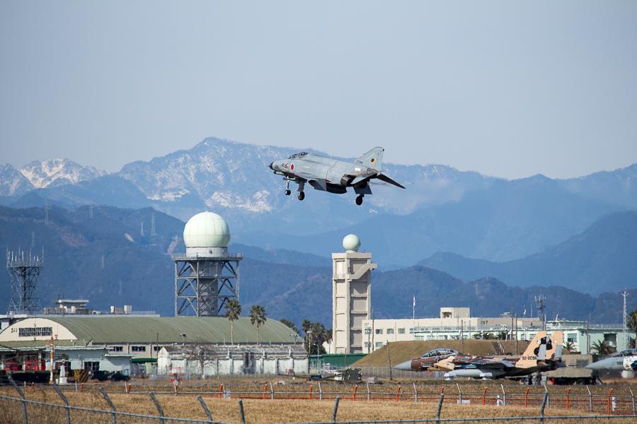 残雪の峰々を背景に新田原基地に着陸するF4