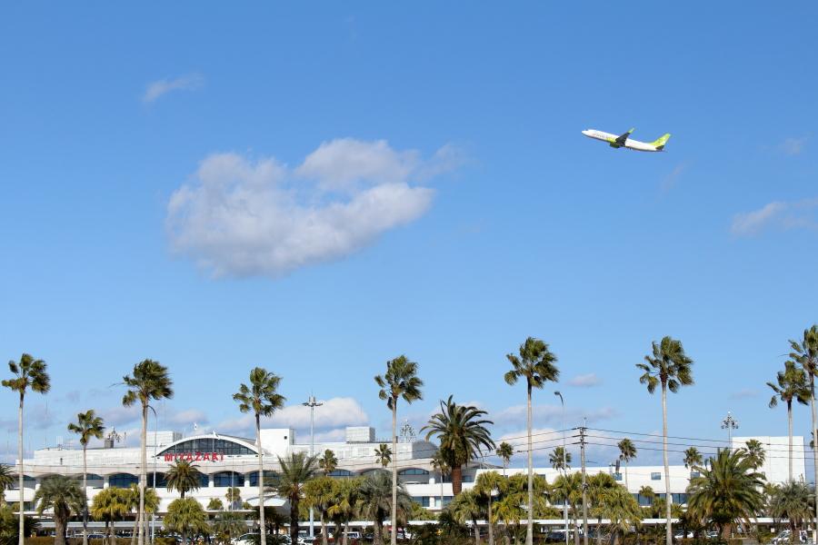 宮崎空の玄関口を離陸したソラシドエアー機
