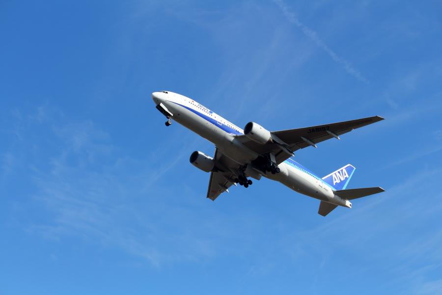 大勢の人を乗せて宮崎空港を離陸するB777-200飛行機