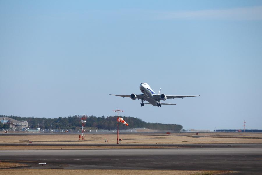 宮崎空港をテイクオフしたてのB777飛行機