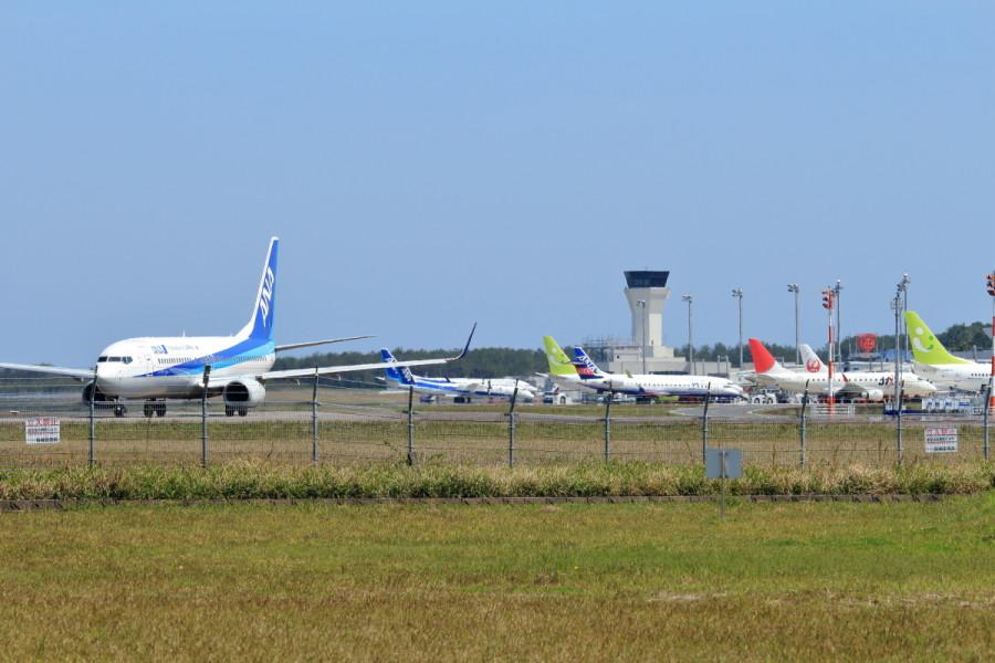 宮崎空港は8機の飛行機でエプロンがにぎやかだ