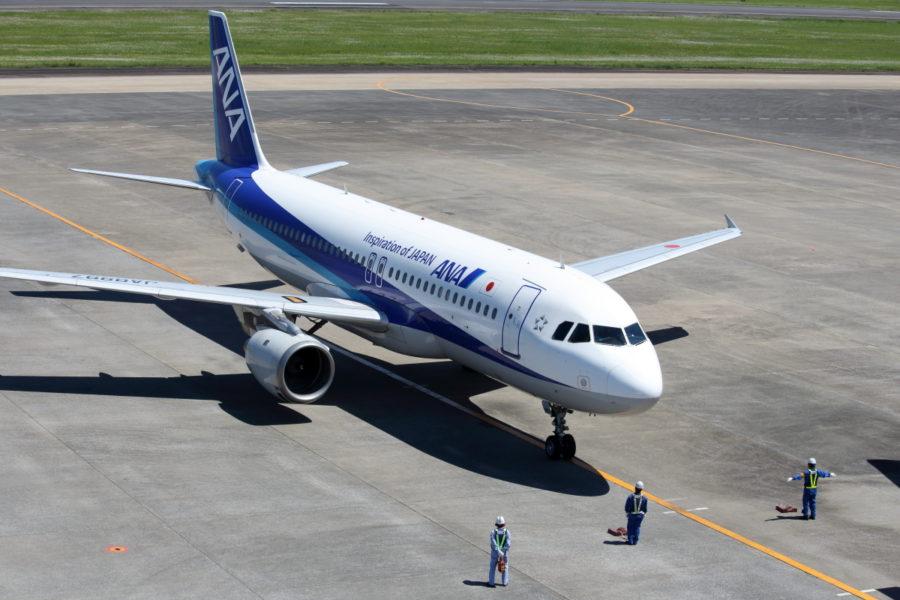 宮崎空港で飛行機を誘導するスタッフ