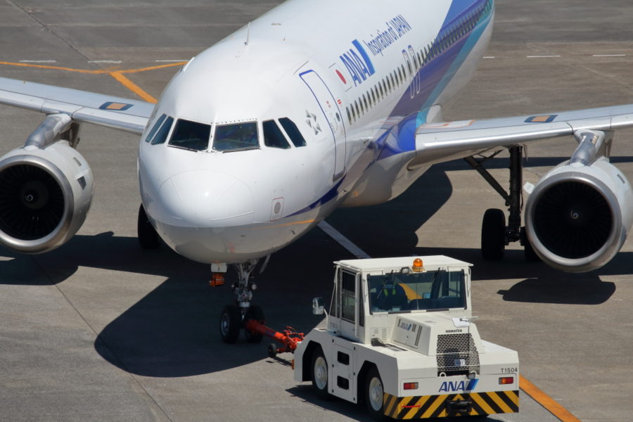 宮崎空港、ANA機A320をプッシュバックするスタッフ