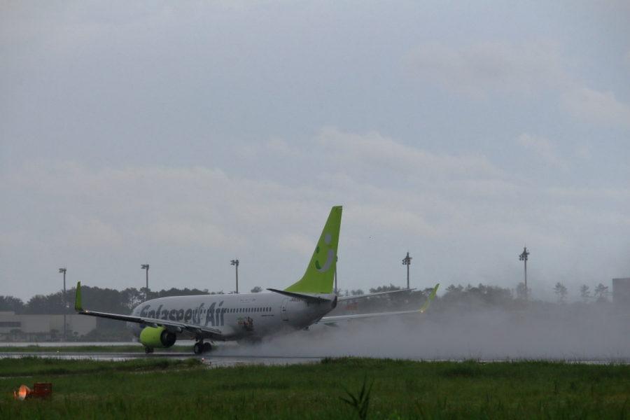 水煙を舞い上げながら宮崎空港を離陸するソラシドエアー機