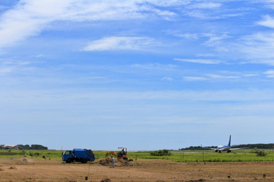 宮崎空港管理地を整備する人と飛行機
