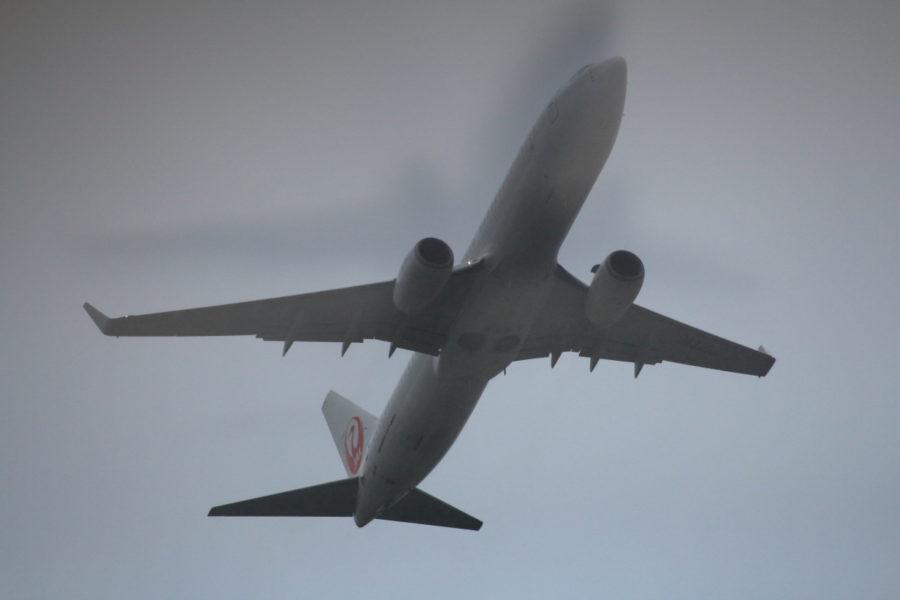 宮崎空港離陸時に怪しい影をまとうJAL機