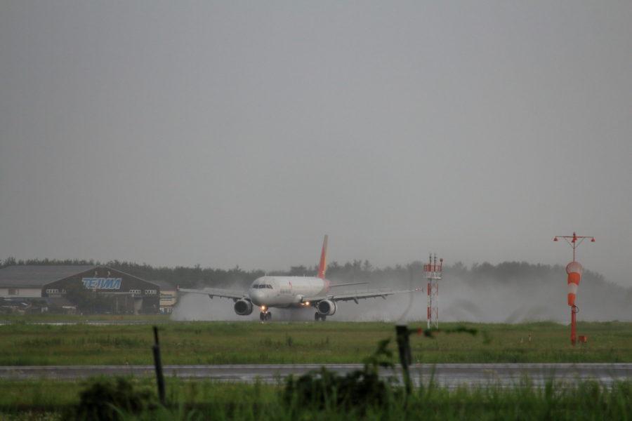 宮崎空港着陸時水煙を上げるアシアナA320機