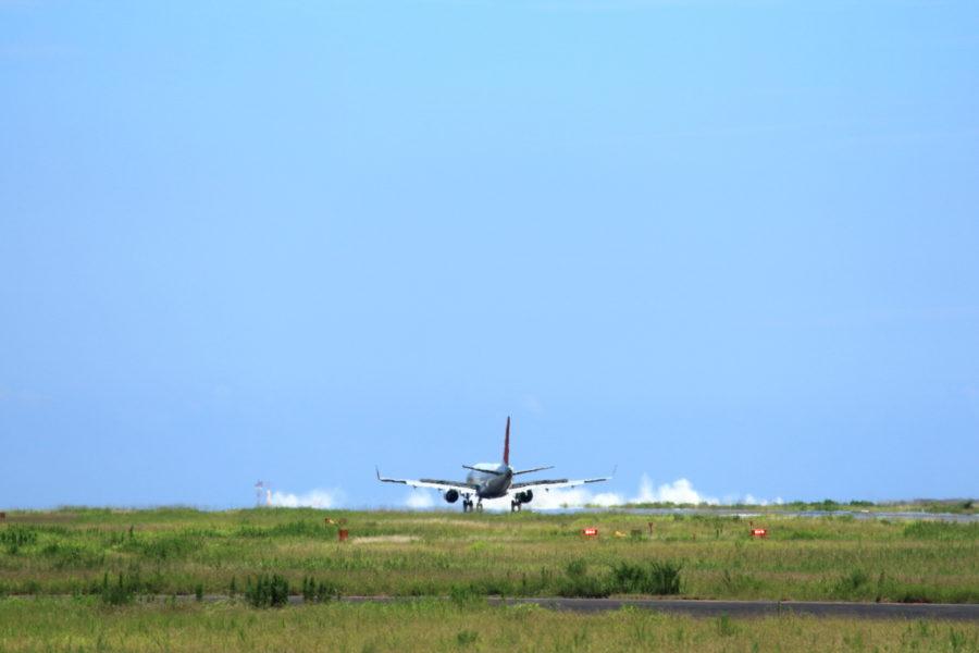 宮崎空港の東に打ち付けるすごい波頭
